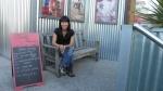 Patricia delante del cine
