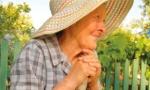 Una anciana mira el campo