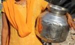Niña india busca agua